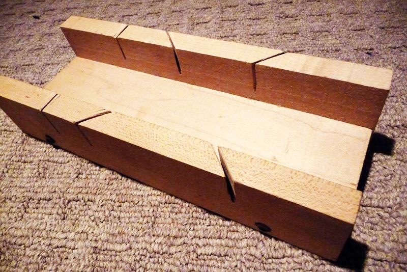 Если в наличии есть пила, можно сделать стусло из цельного куска дерева, выпилив середину и боковые разрезы на бруске