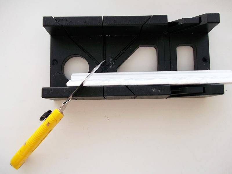 Начинающим мастерам лучше всего закрепить стусло на столе, чтобы оно не соскочило во время работы