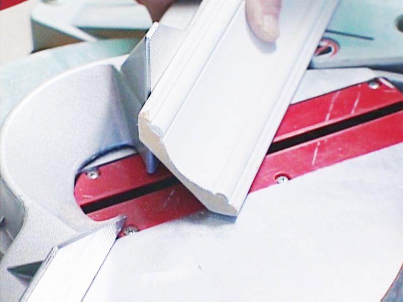 Чтобы плинтус плотно прилегал, его располагают вертикально, в приподнятом состоянии и поддерживают при резке