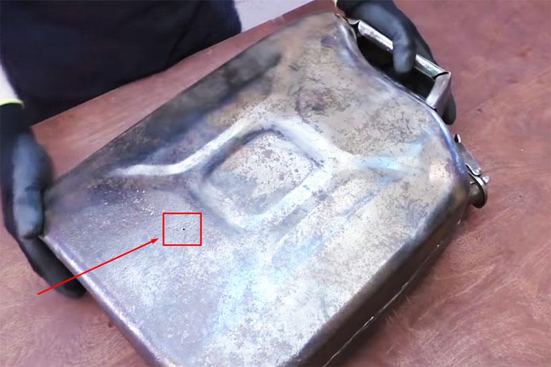 После чистки все дыры в металле корпуса канистры видны невооружённым глазом