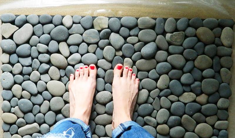 Если не удаётся найти идеальный коврик в магазине, его можно сделать самостоятельно из камней, привезённых с моря