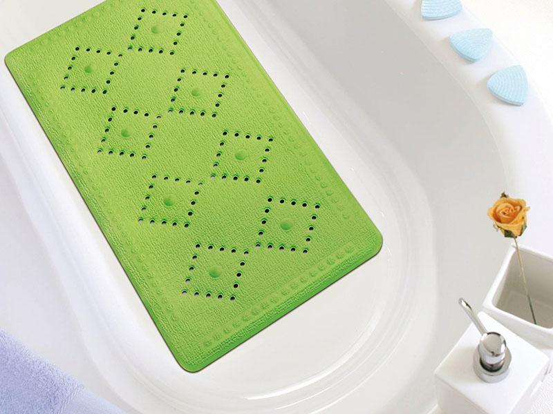 В ванну лучше всего класть резиновое изделие, которое хорошо отмывается и быстро сохнет