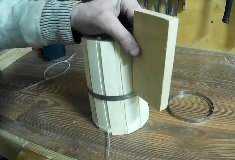 Обруч насаживается при помощи молотка и дощечки до упора
