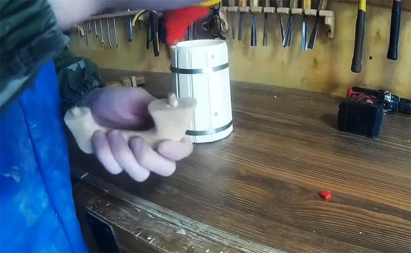 Шпунты промазываются клеем, после чего ручку можно установить на место