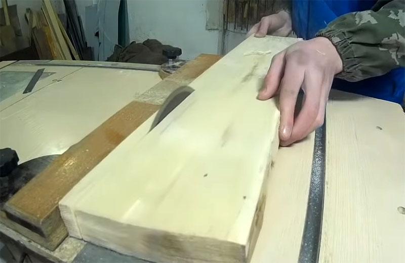 Доска распускается на рейки необходимой толщины
