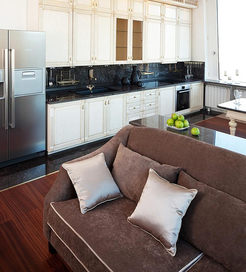 Стильный двухдверный холодильник прекрасно вписался в современный интерьер кухни