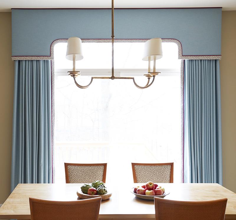 Строгий ламбрекен для гостиной-столовой