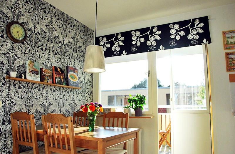Вариант минимализма в оформлении кухонного окна