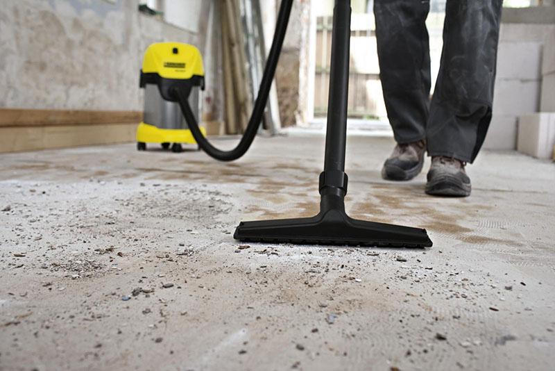 Перед тем, как приступить к установке маяков и заливке стяжки, поверхность следует обеспылить