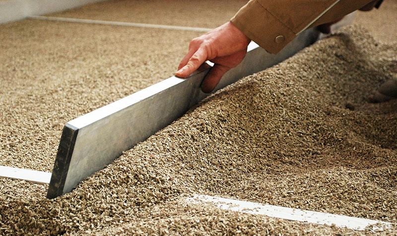 Для сухой стяжки используются различные сыпучие строительные материалы