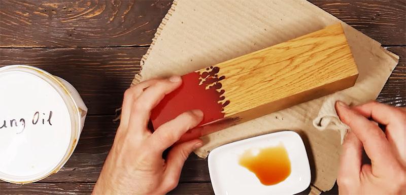 Структуру древесины следует покрыть тунговым маслом или лаком