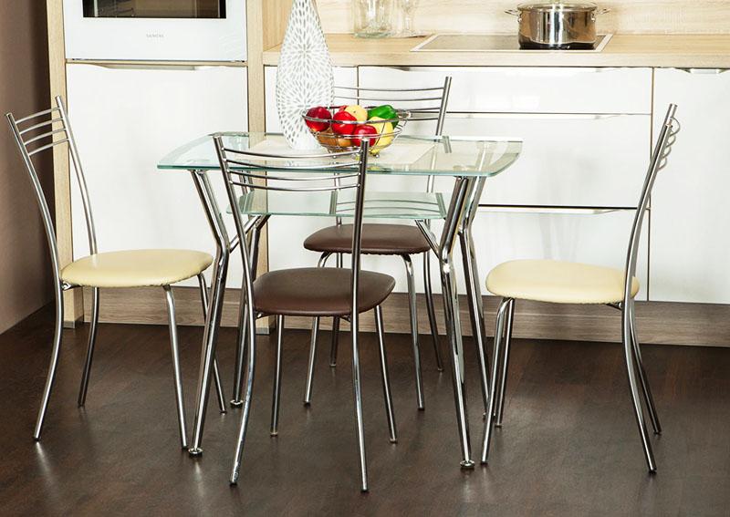 Стеклянный обеденный стол на кухне хорош для рекламной картинки