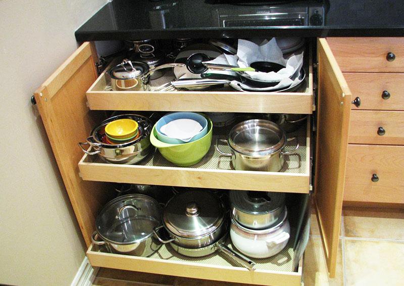 Выдвижные полки и ящики увеличивают комфортность эксплуатации кухни