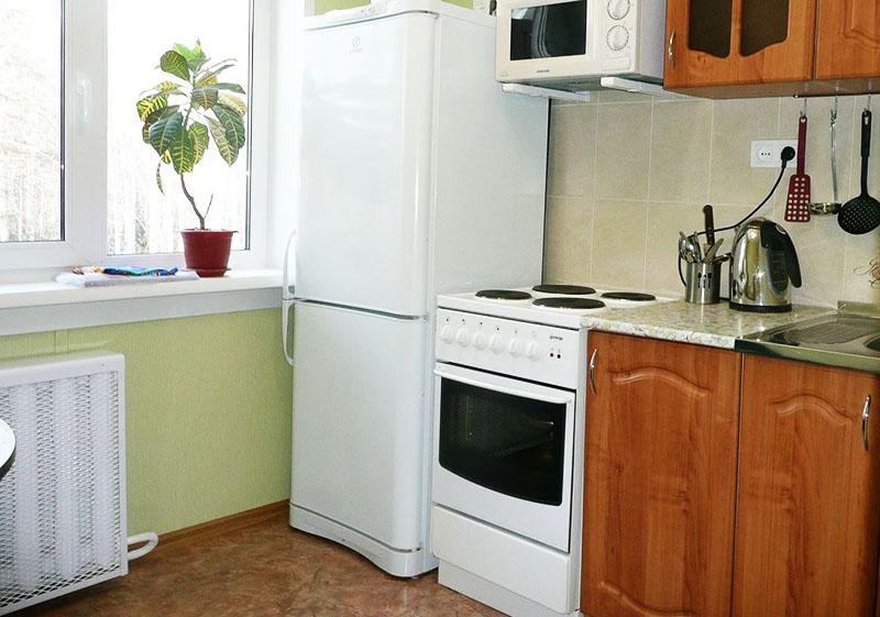 Не стоит размещать холодильник непосредственно возле кухонной плиты
