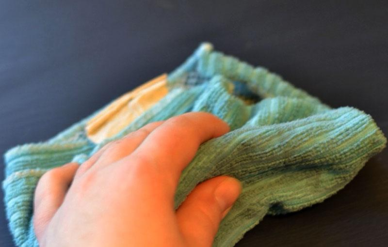 После просыхания второго слоя необходимо нанести на покрашенную поверхность воск, он обеспечит необходимый блеск и приятную атласную фактуру изделию