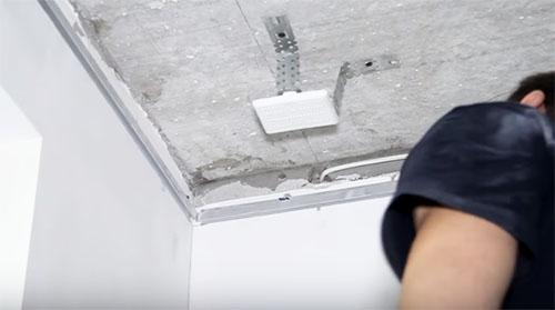 Особенности выбора и монтажа потолочных карнизов для штор