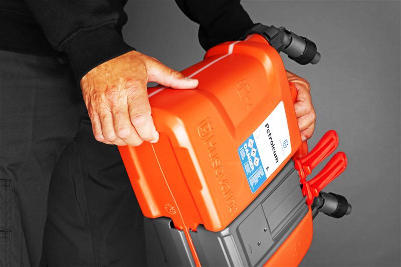 В бак оборудования заливают только подготовленное горючее, соблюдая требования безопасности
