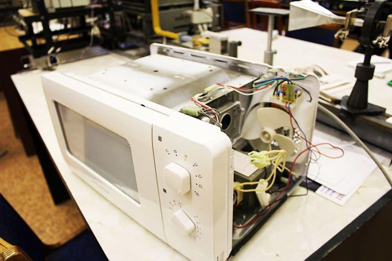 Снимая крышку, важно не повредить сенсорную панель