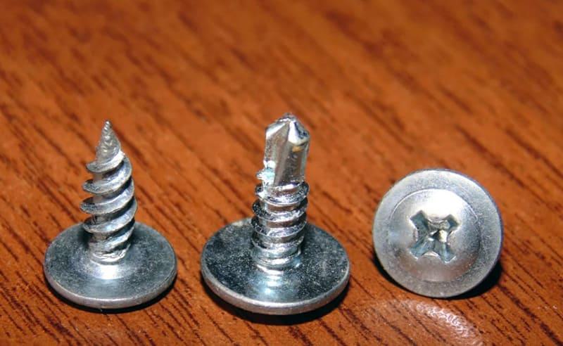 Саморезы с широкой круглой шляпкой, с острым наконечником и с наконечником-сверлом