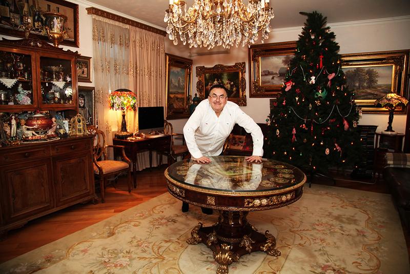 Центральная люстра с хрустальными подвесками идеально вписывается в классический интерьер гостиной