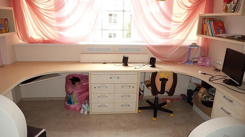 Большинство девочек-подростков предпочитают обычный коричневый стол, но вешают на окна яркие шторы