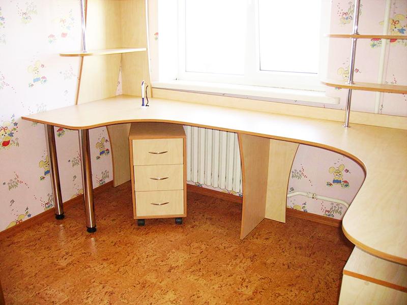 Стол полукруглой формы – не только удобный, но и стильный вариант