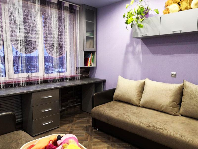 Обычный офисный стол с двумя зонами подойдёт для выполнения домашних уроков