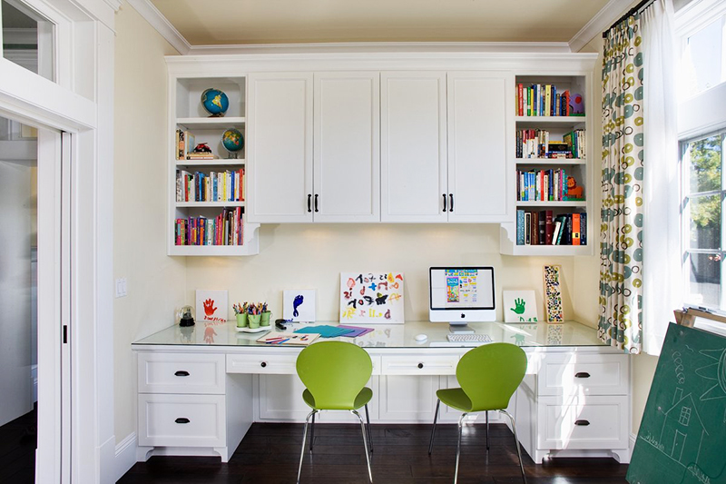 Длинная столешница заменит стол для двоих школьников в одной комнате