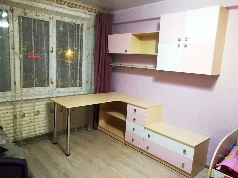 Чтобы не закрывать доступ к окну, можно поставить компактный стол