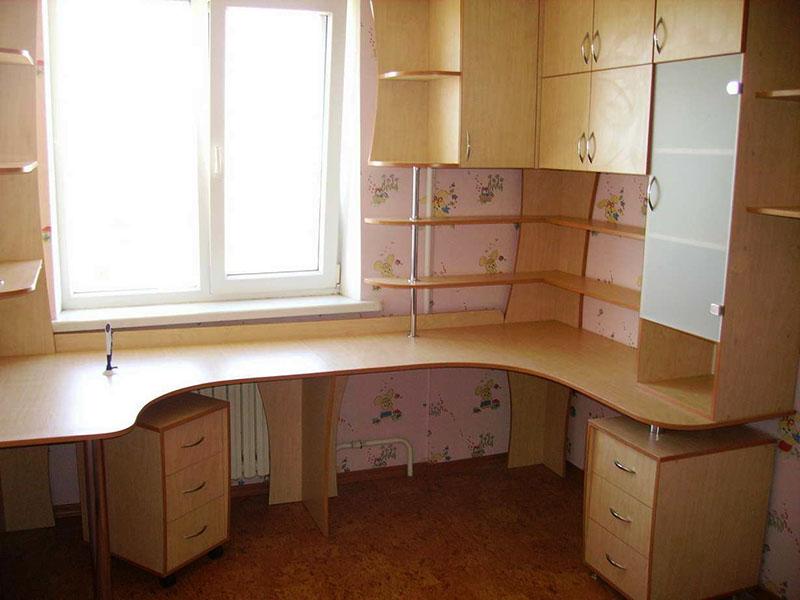 Массивные комплексы с большим количеством полок подойдут для небольшой комнаты, в которой нет комода или шкафа