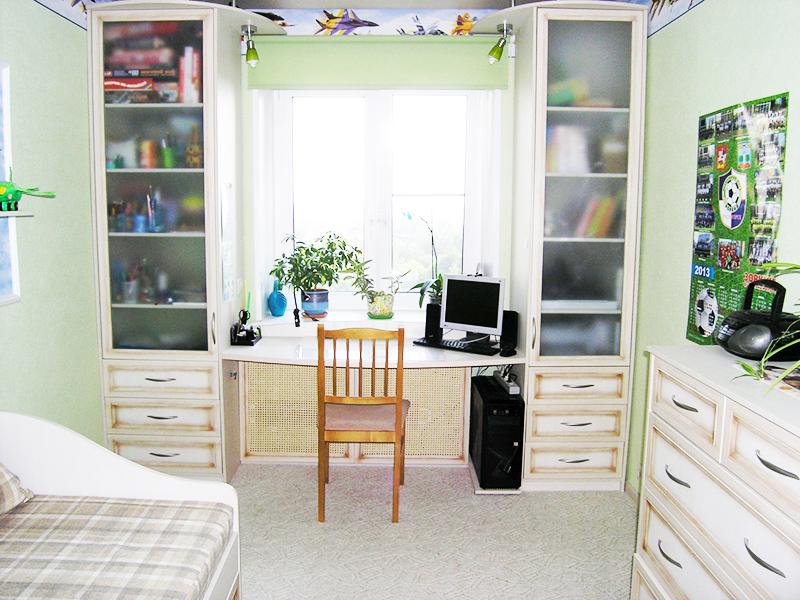 Детская комната, это место не только для учёбы, но и для развлечений, поэтому стоит оставить место для хранения личных вещей