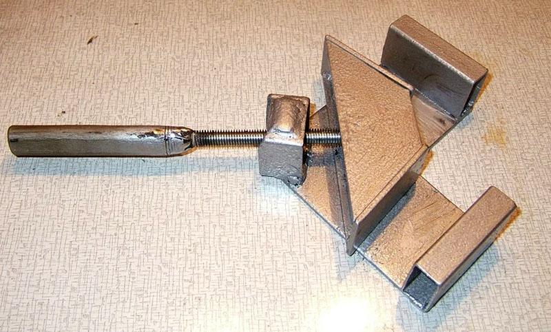 Тиски с перемещением подвижной губки под углом