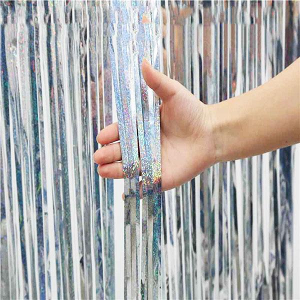 К шторам прикреплены специальные липкие полоски, чтобы можно было без усилий прикрепить к стене или дверному проёму