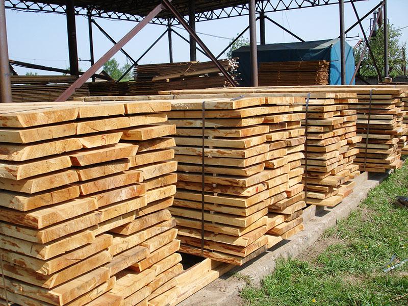 Чаще всего основой для укрытия служит бетонное основание со специальными направляющими для укладки бруса