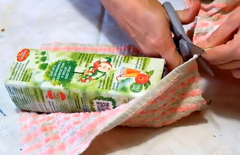 Старое полотенце разрезаем таким образом, чтобы материала хватило как раз ровно, чтобы полностью обмотать весь тетрапак