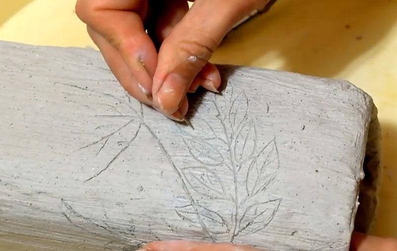 С помощью шила или острой спицы прорабатываем рисунок, создавая по линиям борозды