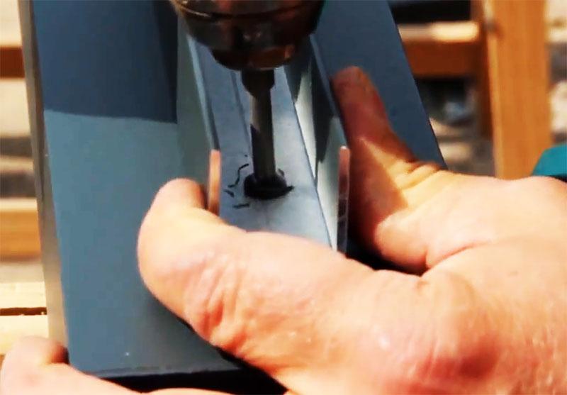 Направляющие крепятся на саморезы, после чего столбик готов к установке