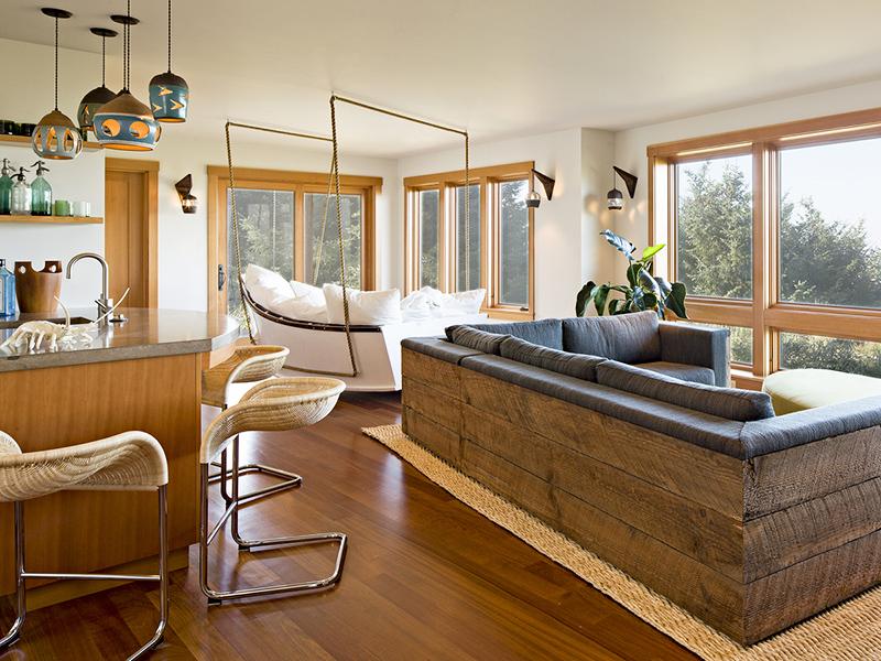 Вы можете сделать диван сами, используя старые сухие доски или поддоны