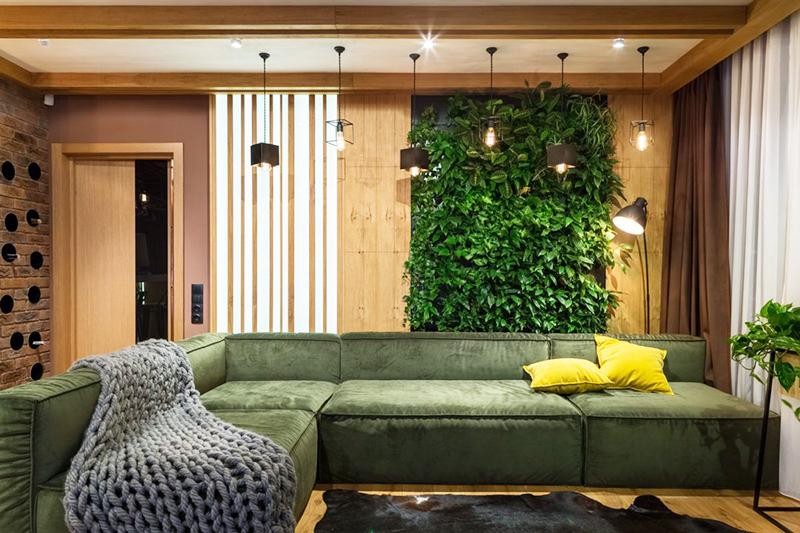 Экостиль соседствует с минимализмом. Чтобы ваша квартира стала уютной, не нужно тратить много денег. Достаточно лишь поставить один диван и украсить стену деревянными панелями