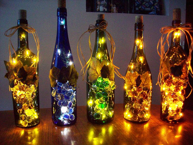 Можете украсить бутылку по своему усмотрению. Можете не украшать никак – она всё равно будет смотреться необычно и празднично
