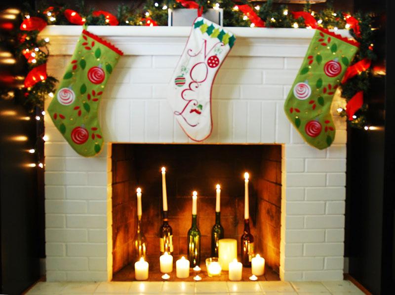 Вместо дров положите в камин свечи и ёлочные украшения