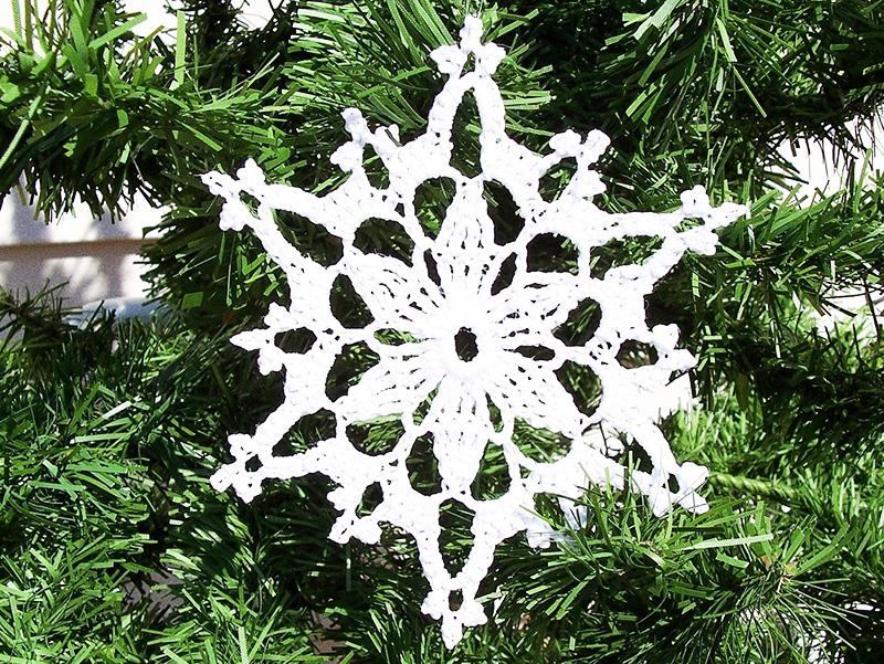 В вязании снежинок нет ничего сложного. Сделайте небольшое колечко из воздушных петель и обвяжите его столбиками с накидом, отдельно провязывая лепестки