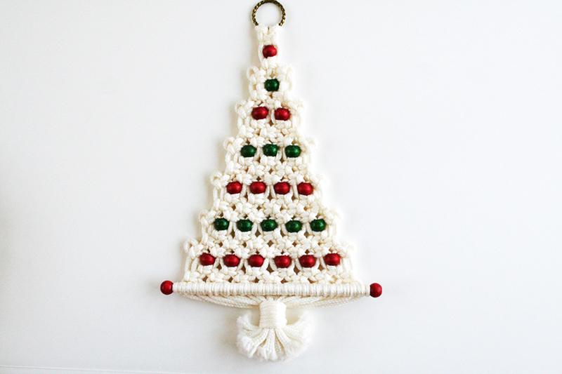 Используйте красные и зелёные крупные бусины, чтобы изделие выглядело по-новогоднему ярко и нестандартно