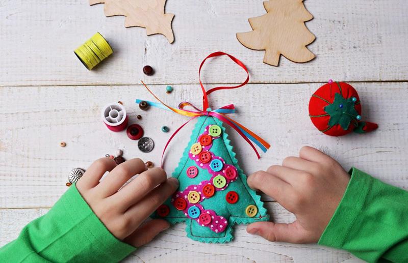 Создавайте ёлочные игрушки вместе со своим малышом, ему будет интересно