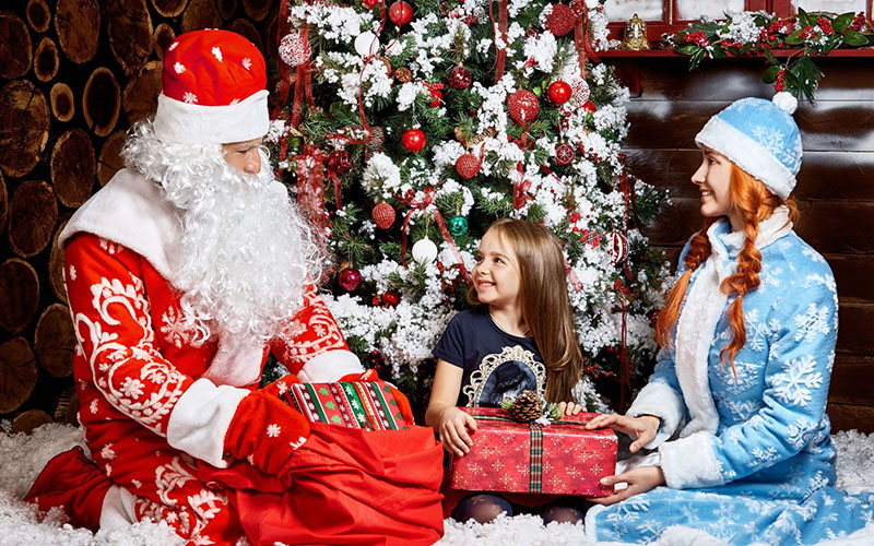 Пусть подарок вручит настоящий Дед Мороз и Снегурочка