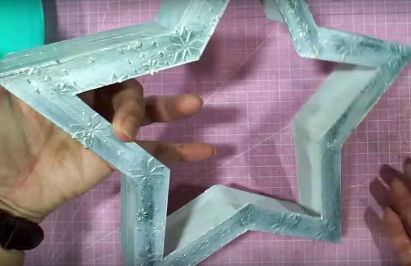 Используйте перламутровую или другую краску для оформления корпуса. Можно выделить выпуклые детали из текстурной пасты полусухой кистью с оттеночной краской