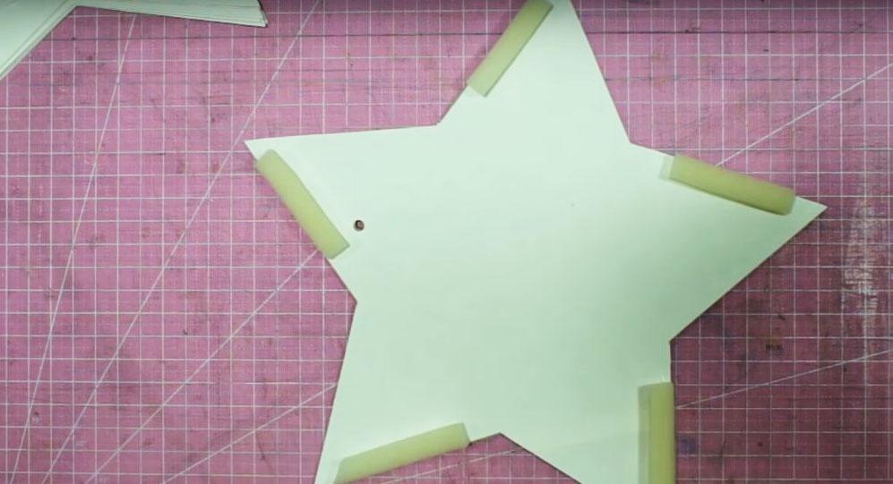На каждой из бумажных деталей нужно закрепить полосы поролона по краям лучей. Сделайте это горячим клеем