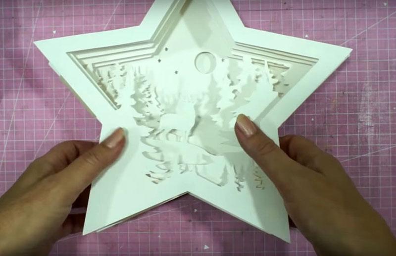 Такие прокладки между всеми бумажными шаблонами придадут картинке трёхмерный вид. Проверьте сборку и обратите внимание на последовательность накладывания заготовок. На верхней детали полос поролона уже не должно быть