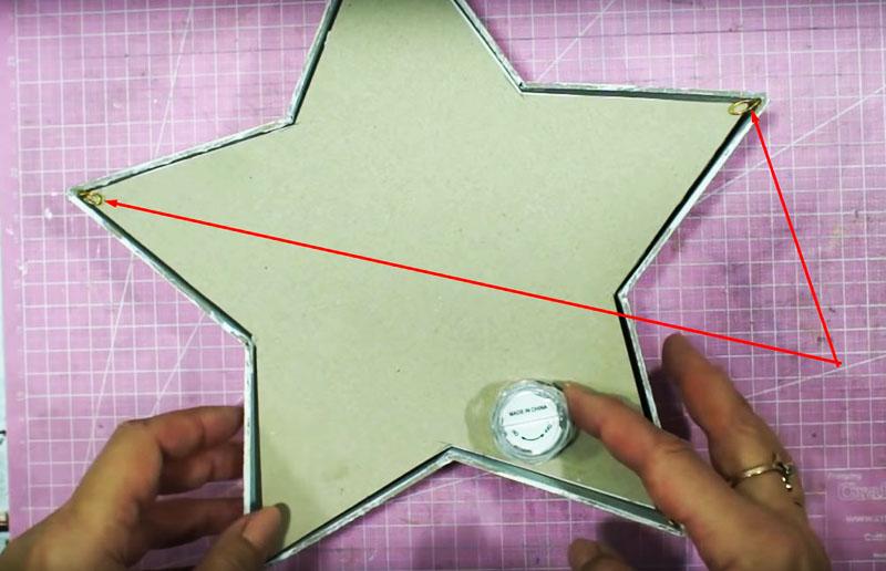 Последовательно вставьте все бумажные детали в корпус светильника и закрепите конструкцию кусочками скотча или небольшими зажимами из мягкой проволоки