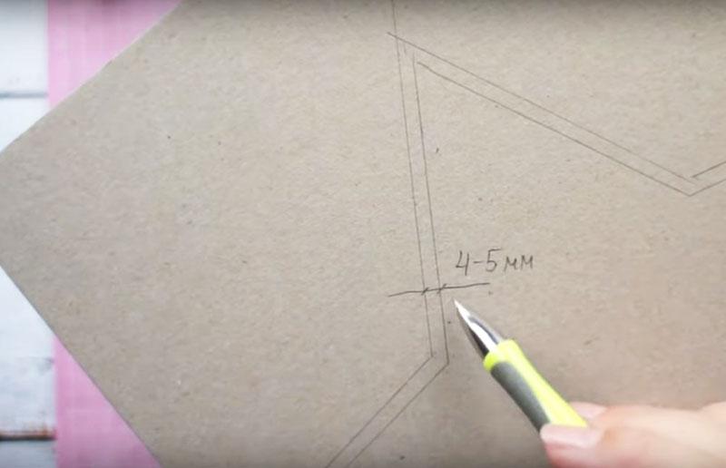На листе картона расчертите контуры звезды с припуском в 4-5 мм по всему периметру